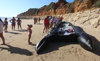 Una patera con medio centenar de migrantes desembarca en playas Chiclana ante la atónita mirada de los bañistas