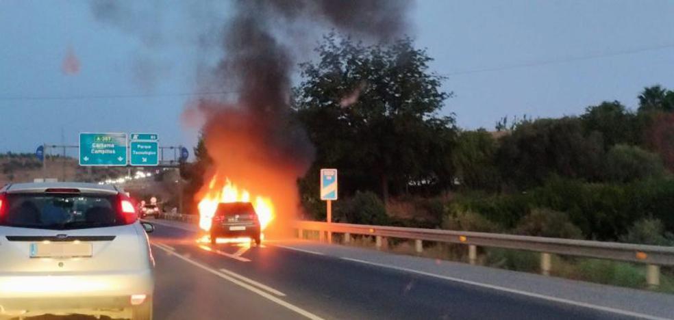 Un coche sale ardiendo tras colisionar con otro cerca del PTA