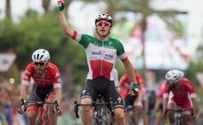 Elia Viviani gana al 'sprint' en Alhaurín de la Torre