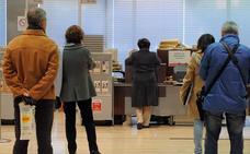 La banca intenta disuadir a los clientes de acudir a las oficinas con comisiones y restricción de horarios