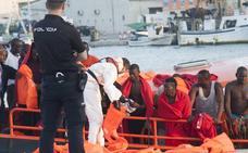 Trasladan al puerto de Málaga a 60 migrantes rescatados de una patera