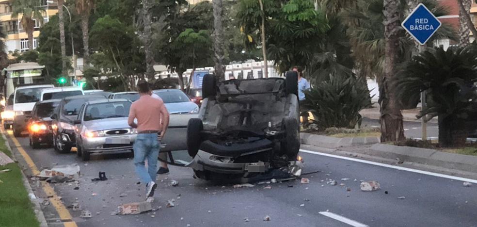 Herida una mujer de 59 años tras chocar su coche con una mediana y volcar cerca del hotel Miramar