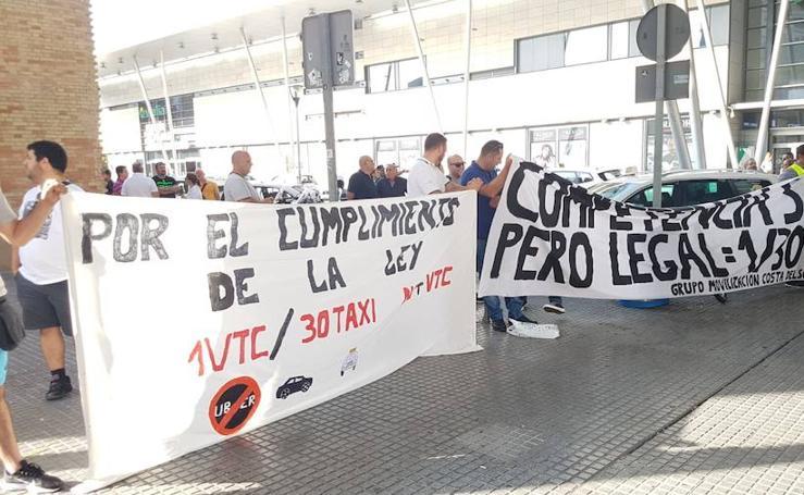 Los taxistas se manifiestan en Málaga para exigir más control de las VTC