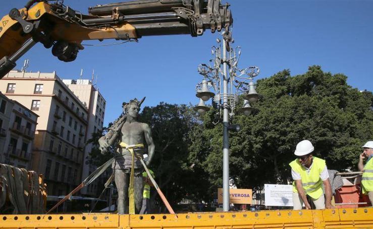 Desmontaje de la escultura 'Alegoría del Trabajo', en el monumento al marqués de Larios