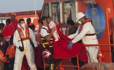 Trasladan a 276 personas de seis pateras al puerto de Málaga