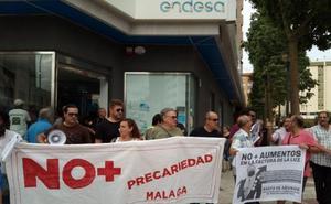Vecinos protestan por la subida de la luz en la sede de Endesa en Málaga