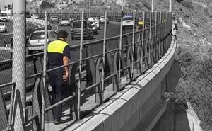 Policías locales salvan la vida a un joven de 18 años que iba a saltar por un viaducto de la autovía