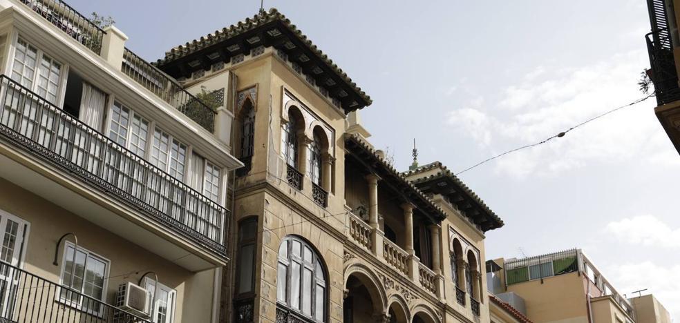 Cae un trozo de cornisa de un edificio histórico de la calle Victoria