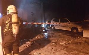 Desalojan dos bloques de pisos por un incendio en un parking en Vélez-Málaga