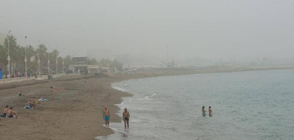 El taró cubre con un manto de nubes bajas el litoral malagueño