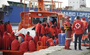 Trasladan a Málaga a 64 inmigrantes de una patera rescatada en el Mar de Alborán
