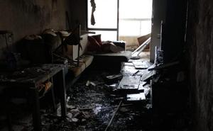 Dos personas se refugian en una terraza tras registrarse un incendio en el salón de un piso en Málaga