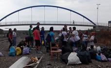 Voluntarios recogen la basura del Arroyo Jaboneros con motivo del Día Mundial de la Limpieza