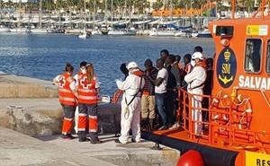 Rescatados y trasladados a Málaga 152 migrantes que viajaban en una patera