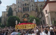Miles de personas arropan a la Pollinica en su procesión extraordinaria