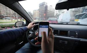 Si eres de los que usa el móvil al volante, Tráfico va a por ti