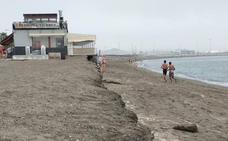 La playa de Huelin se queda sin arena antes de que acabe el verano