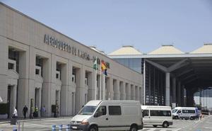 Arden dos coches en el aparcamiento del aeropuerto de Málaga