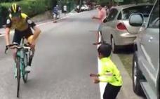 El gesto del ciclista George Bennett con un niño durante la Vuelta a España conmueve a las redes sociales