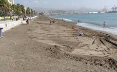 Playa de Huelin: Eliminan el escalón provocado por la falta de arena