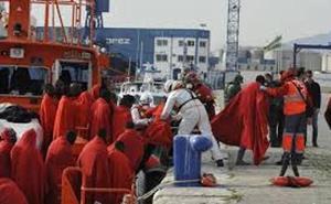 Trasladan a Málaga un cadáver y varias personas de una patera semihundida socorrida por un pesquero en aguas de Alborán