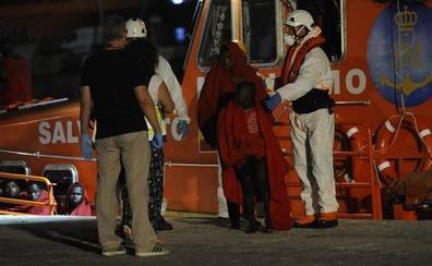 Trasladan al puerto a 56 inmigrantes de una patera con un fallecido