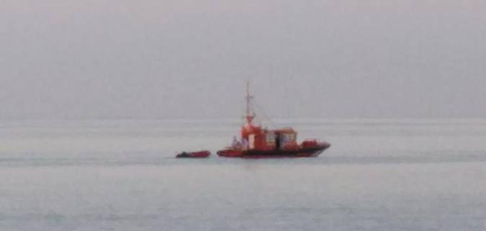 Una segunda patera con migrantes magrebíes alcanza la playa de La Torrecilla de Nerja en menos de una semana