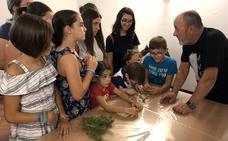 Niños con deficiencia visual participan en un taller pedagógico en el Museo de Antequera