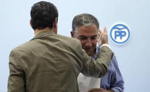 Bendodo respalda a los médicos de Málaga ante «las agresiones verbales» de la Junta