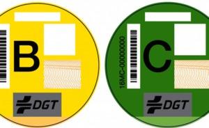 Las distintivos ambientales de la DGT ya se pueden comprar en las oficinas de Correos