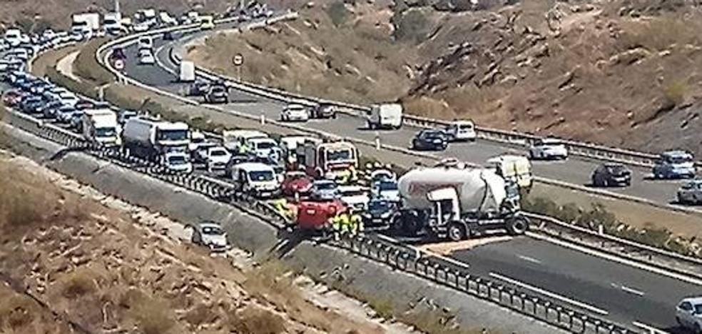 Un accidente múltiple con dos heridos colapsa durante cuatro horas el acceso a la Ronda Este desde Rincón de la Victoria