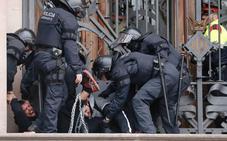 Los mossos desalojan a un centenar de miembros de los CDR que bloqueaban la puerta de TSJC