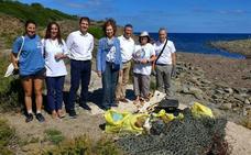 La Reina Sofía se moja por las playas y los mares