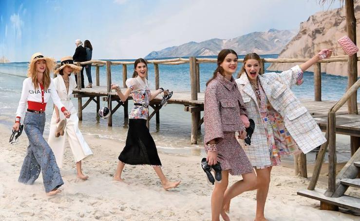 Chanel lleva la playa a París en un espectacular desfile