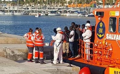Trasladan a Málaga y Motril a 375 migrantes rescatados de siete pateras en el Mar de Alborán