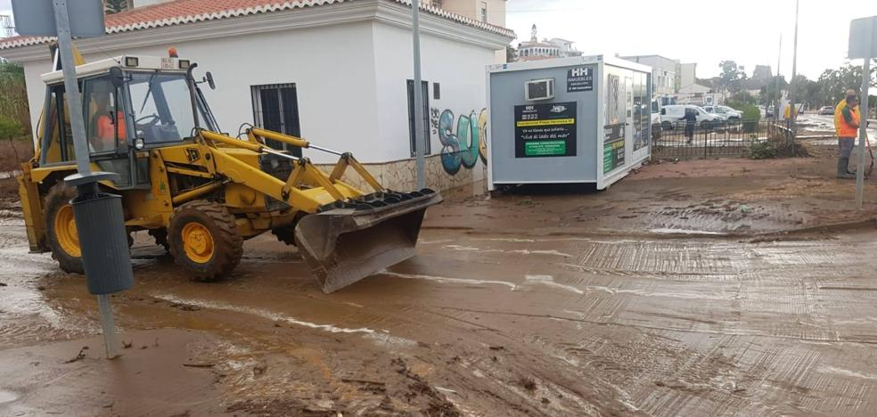 Benajarafe recupera la normalidad tras desbordarse un arroyo por la fuerte tromba de agua