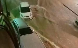 Una tromba de agua inunda San Pedro y desborda un arroyo en Benajarafe