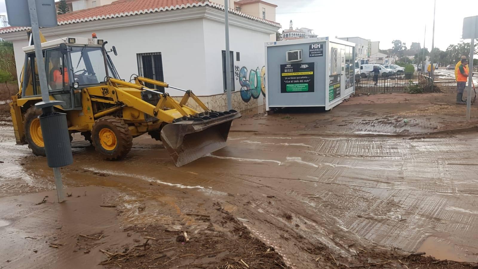 Un arroyo se desborda en Benajafare tras una tromba de agua en una jornada donde se mantiene el aviso amarillo