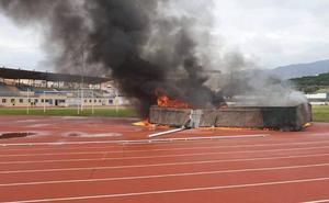 Un incendio intencionado calcina las colchonetas de saltos del estadio Fernando Hierro de Vélez-Málaga