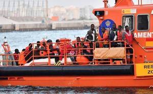 Trasladan al Puerto de Málaga a 413 migrantes rescatados de ocho pateras
