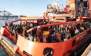 Centenares de migrantes pasan casi 12 horas en el puerto sin poder desembarcar en Málaga