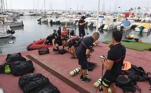 Submarinistas de Bomberos buscan el origen de vertidos en playas de Marbella