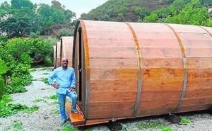 Una bodega de Málaga ofrece dormir en cabañas con forma de barricas de vino