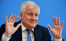 Llueven las peticiones de dimisión de Seehofer por el batacazo en Baviera