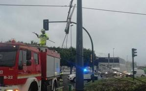 Un camión provoca la caída de un tramo de catenaria del tranvía en una rotonda de Vélez-Málaga