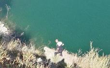 Rescatan a un hombre y a su perro tras quedar atrapados en un barranco en la orilla del pantano del Agujero
