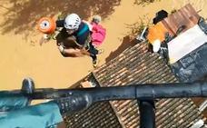 Rescatan a una mujer en helicóptero en Cortes de la Frontera