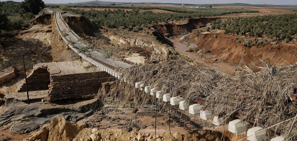 Técnicos de Adif recorren a pie las vías del tren para evaluar los daños por las lluvias en Málaga