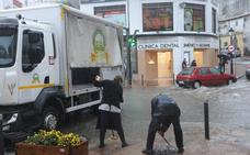 Una tromba de agua descarga en Marbella en media hora y anega las calles del centro