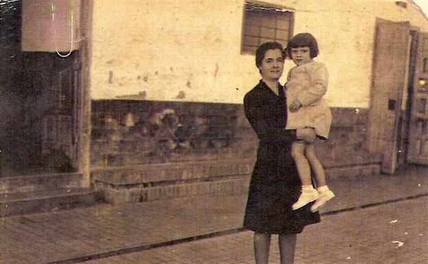 Concepción Gallardo, antigua reclusa, sostiene a su hija en brazos.